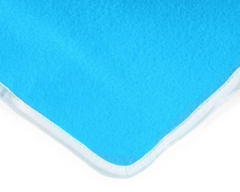 Un primo piano del morbidissimo tessuto in pile azzurro della coperta elettrica Klarstein Winter Dreams