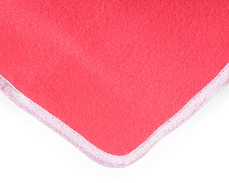 Un primo piano del morbidissimo tessuto in pile rosa della coperta elettrica Klarstein Winter Dreams