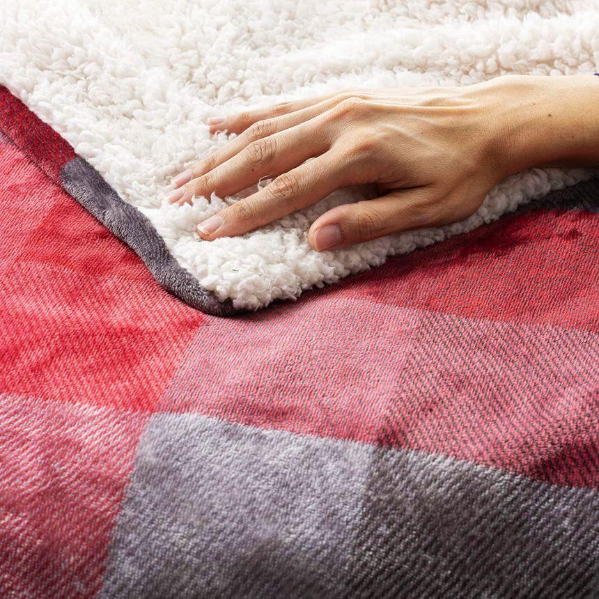 Primo piano del morbidissimo tessuto del plaid riscaldabile IMETEC Tartan Velvet, in velluto con disegno tartan e peluche bianco, lavabile in lavatrice